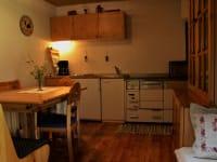 Küche mit E-bzw. Holzherd, Kühlschrank, Kaffeemaschine, Toaster