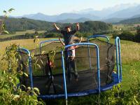 Trampolin und Bergkulisse