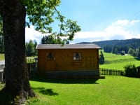 Ein großes Areal umschließt die Hütte