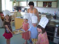 Gästekinder beim Frühstücksweckerl backen