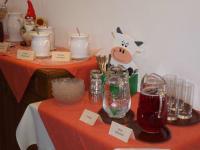Frühstücksbuffet mit selbst gemachten Säften und Marmeladen