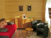 Wohnraum im Ferienhaus mit Doppelschlafsofa und Flachbildfernseher