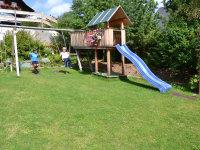 Spielplatz mit Schaukel, Sandkasten und Rutsche