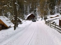 Weg zu den Hütten Winter