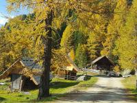 Weg zu den Hütten Herbst