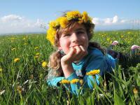 Kind in der Bluenwiese im Mai