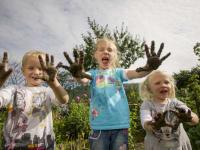 Kinder beim Dreck gatschen