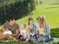 Urlauberfamilie beim Picknick