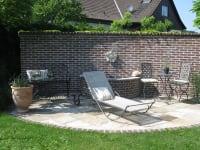Weinpensionn Andrea - Brunnen und Sitzplatz im Garten