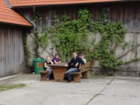 Sitzgelegenheit im Hof