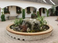 Heuriger und Gästezimmer Weingut Burger - Brunnen im Arkadenhof