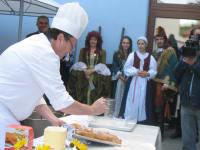 Den Apfelstrudelteig ziehen wir auch bei verschiedenen Veranstaltungen aus