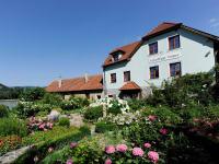 Winzerhof & Gaestehaus Stoeger, Garten- und Gaestehausansicht