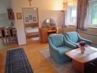 Ferienwohnung Gemeindealpe - Wohnzimmer Blick Schlafzimmer und Küche