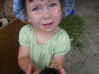 Emma mit Meerschweinchenbaby