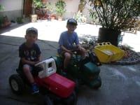 Kleine Traktor fahrt im Hof.