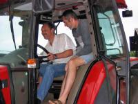große Kinder am großen Traktor