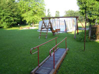 Auf unserer grünen Liegewiese lässt es sich gut entspannen und die Kinder können nebenbei am großen Spielplatz spielen