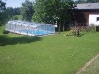 In unserem überdachten Schwimmbad könen Sie sich auch an kühleren Tagen eine Erfrischung holen..