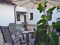 Ferienwohnung Fam. Stuhr - gemütlicher Innenhof mit Sitzgelegenheit