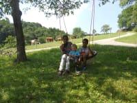 Die Kinder beim Spielen im Garten