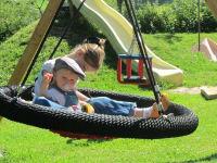 Zwergerlhof - Wenn man müde ist vom Toben am Spielplatz, dann wird mal Pause gemacht in der Nestschaukel