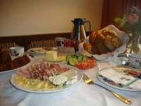 Karhof - Ein guter Tag beginnt m. einem guten Frühstück. Verwöhnen Sie sich beim Frühstücksbuffet mit selbstgemachten und regionalen Schmankerln