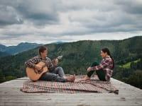 Gitarrenmusik auf der Naturholztribüne