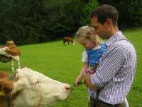 Gerhard und Christina besuchen die Kühe auf der Weide