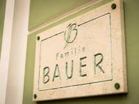 Familie Bauer - Namensschild beim Eingang