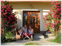 Hauseingang mit roten Rosen