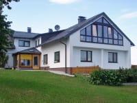 Die Ferienwohnung mit Wintergarten ist im Dachausbau eingerichtet