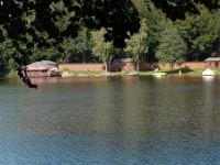 Der Blick auf die Badeanstalt am Holzöstersee