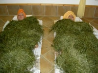 The essential oils in the herbal hay unfold their full effect in a hay bath.
