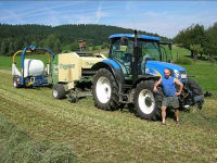 Traktor und Maschinen zur Heuarbeit