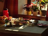 Genießen Sie ein reichhaltiges Frühstück in der Morgensonne!