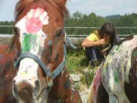 Bemalte Pferde und Kind