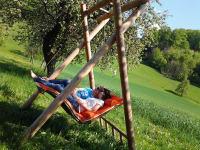 Schwebeliege im Obstgarten