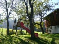 Spielplatz mit Rutsche, Schauckel, Seilbahn und Sandkiste