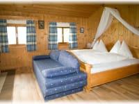 Doppelbett mit Himmel im Romantikhäuschen