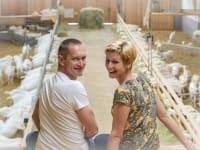 Manuela und Markus m Ziegenstall