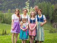 Ihre Gastgeber - Andrea und Josef Kreutzhuber mit ihren Töchtern Sarah, Marie-Theres, Juliane und Lea-Elisa