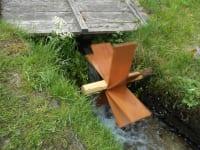 Wasserrad gebaut von Gästekindern am Nussbaumerhof-Bächlein