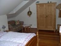 Romantikzimmer mit einer bequemen Ausziehcouch