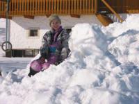 Kinder auf Schneehaufen