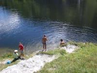 Baden in einem Gebirgssee