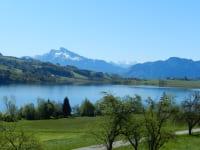 Frühling mit Blick auf die Berge und den See