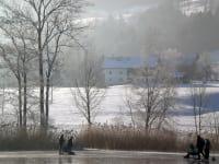 Blick vom See auf den Bauernhof