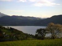 schöner Ausblick vom Hof zum See und in die Berge