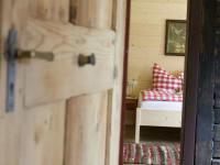 Die Zimmer mit viel Naturholz